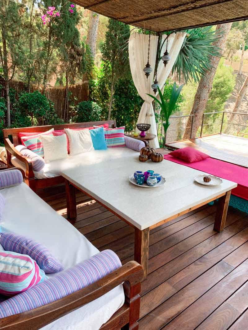 terraza con sofá y cojines de colores