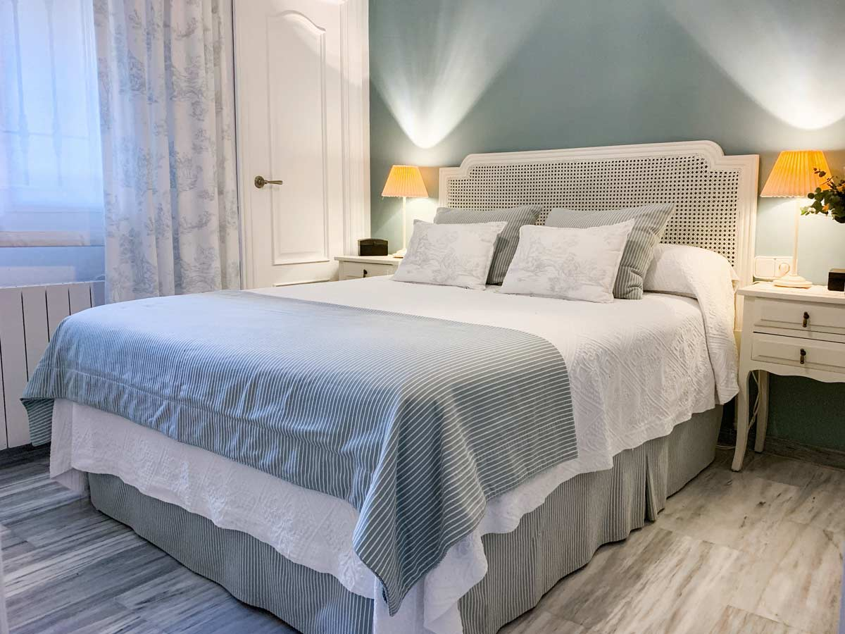 ropa de cama tonos grises y beiges