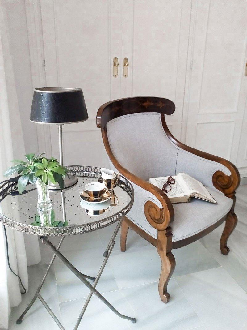 tapiz silla blanca y madera vintage