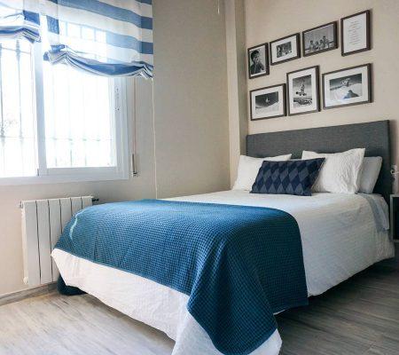 ropa de cama y cortina azul